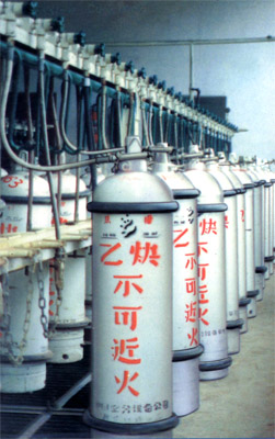 粗乙炔经过冷却洗涤塔除去部分杂质及降低温度